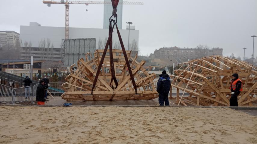 В Волгограде устанавливают чучело Масленицы