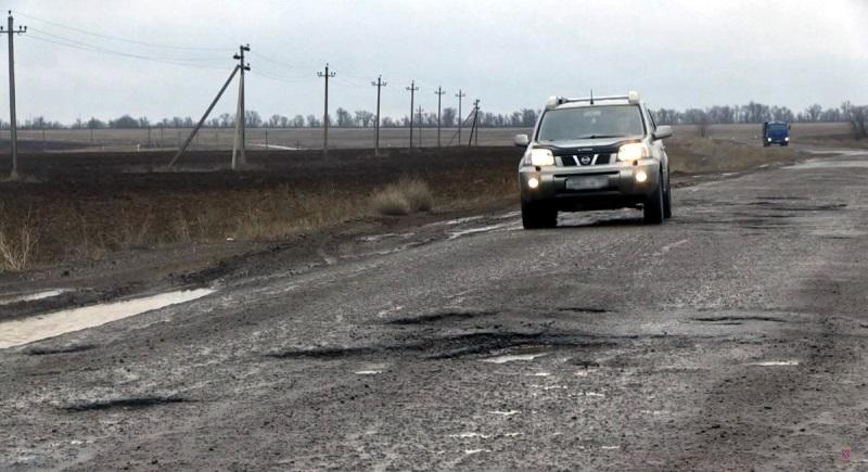 «Глубокие выбоины, ямы и трещины»: в ГИБДД не оценили дороги под Волгоградом
