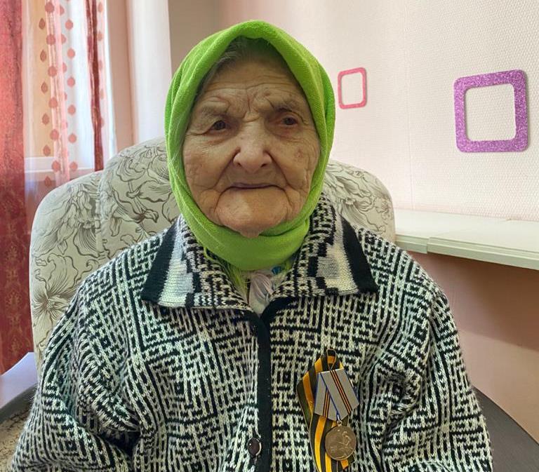 «Чувствует себя отлично»: в Волгограде  106-летнюю жительницу привили от коронавируса