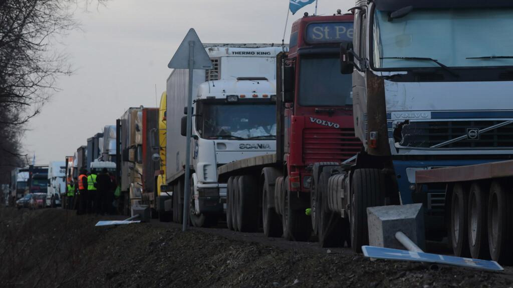«Игнорируют новые правила раскладки товара»: на границе с Казахстаном встали фуры с продуктами