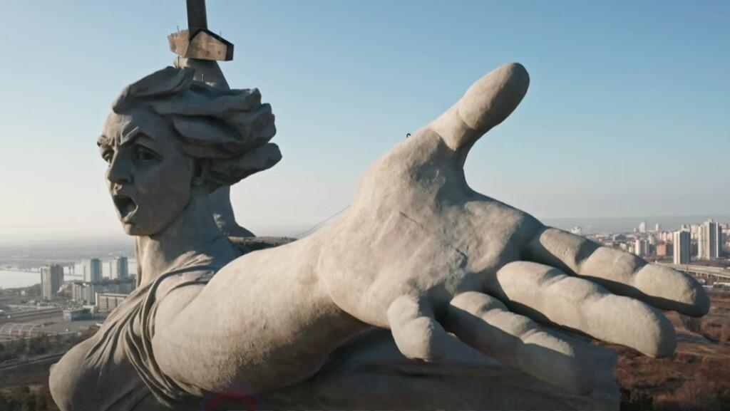 «Родина-Мать» разрушается? Монумент засняли с квадрокоптера после скандала с трещинами и пятнами