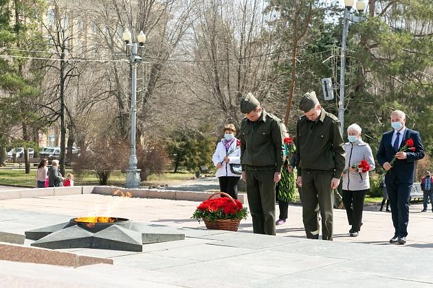 В Волгограде у Вечного огня почтили память узников фашистских концлагерей