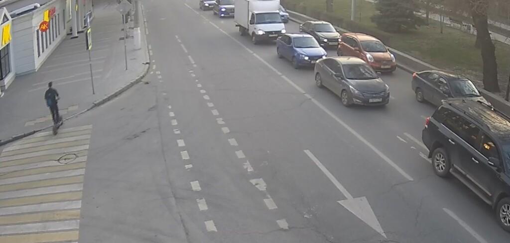 В Волгограде иномарка сбила человека на самокате