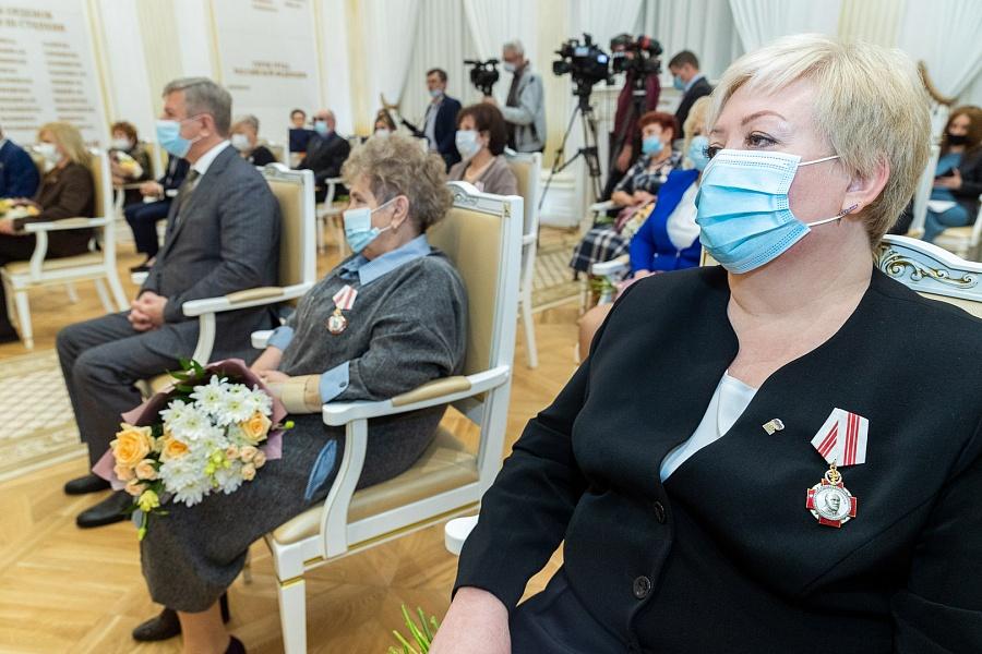 Волгоградских работников медицины, здравоохранения и сбережения общественного здоровья наградили госнаградами