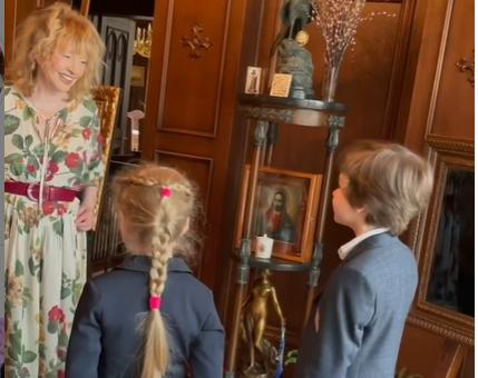 Семилетние близнецы Лиза и Гарри вместе с 44-летним Максимом Галкиным поздравили Аллу Пугачеву с 72-летием