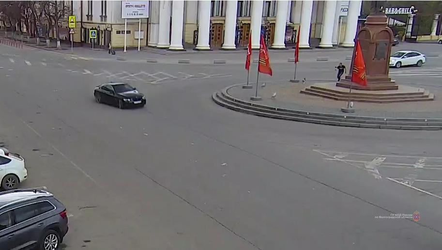 Волгоградец устроил дрифт 1 мая вокруг памятника Александру Невскому (Видео)