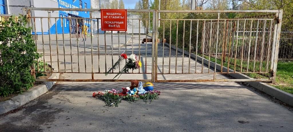 Волгоградцы оставляют цветы и игрушки у входа в ФОК, где тренировались погибшие спортсменки