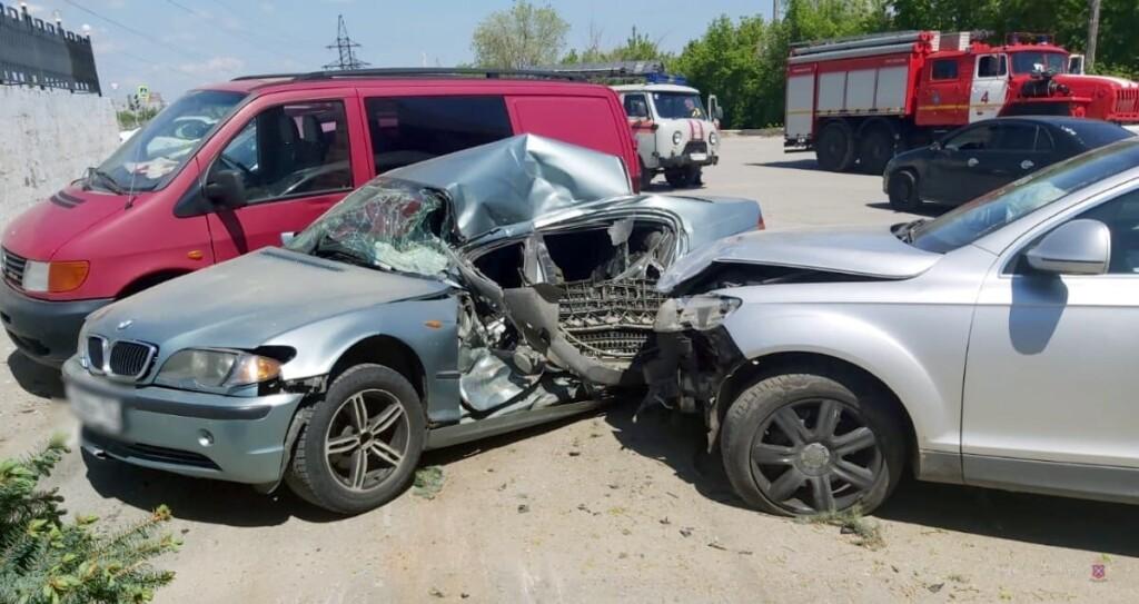 """В Волгограде """"Audi"""" рухнул на припаркованные машины: есть пострадавшие"""