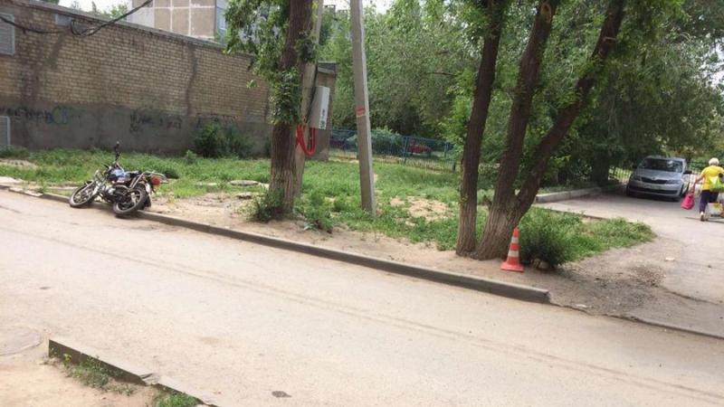 Подростки на мотоцикле влетели в дерево в Волгограде