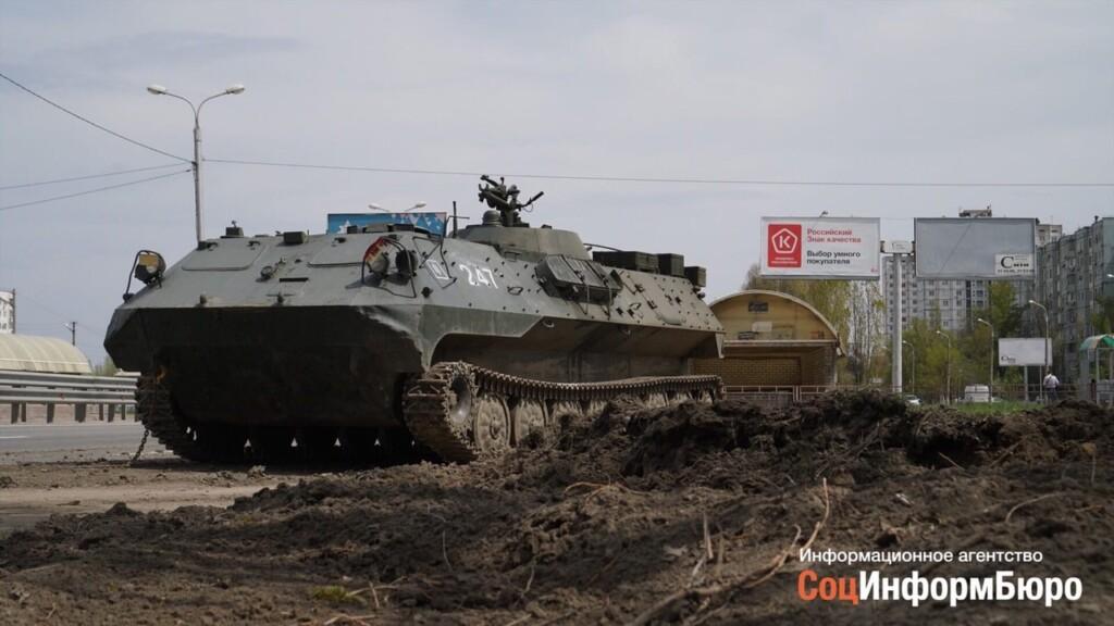 В Волгограде во время траспортировки с трала «упал» бронетранспортер