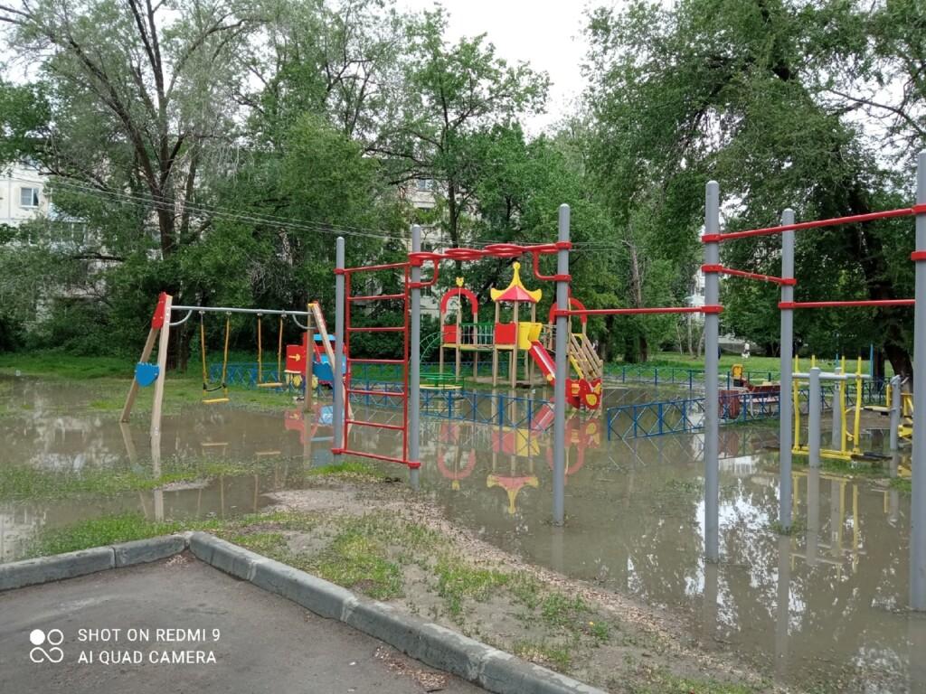В результате благоустройства двор в Кировском районе превратился в болото