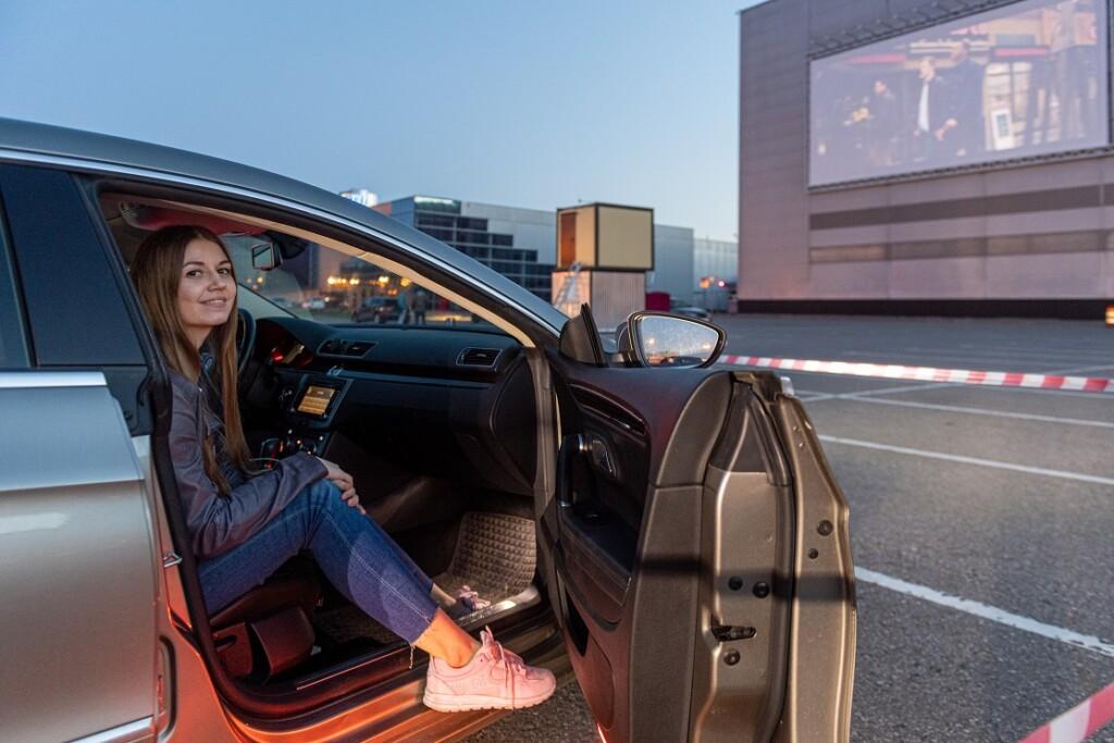 На парковке «Акварели» заработал кинотеатр под открытым небом