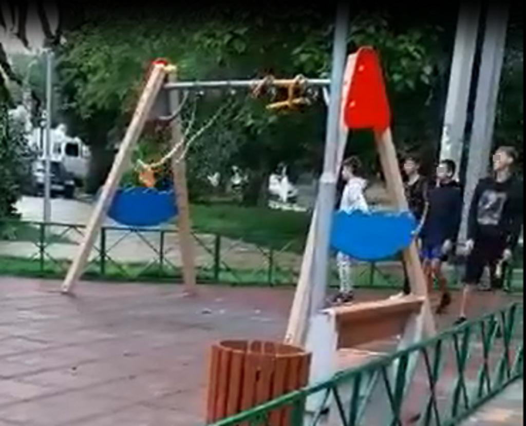 Малолетние вандалы, ломающие качели в парке Кировского района, попали на видео