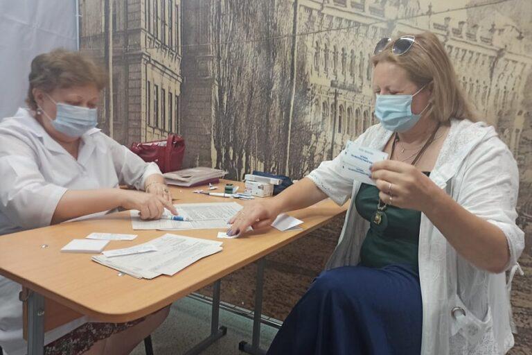 Бонус – бесплатная экскурсия: жителей Волгограда прививают от коронавируса в музее
