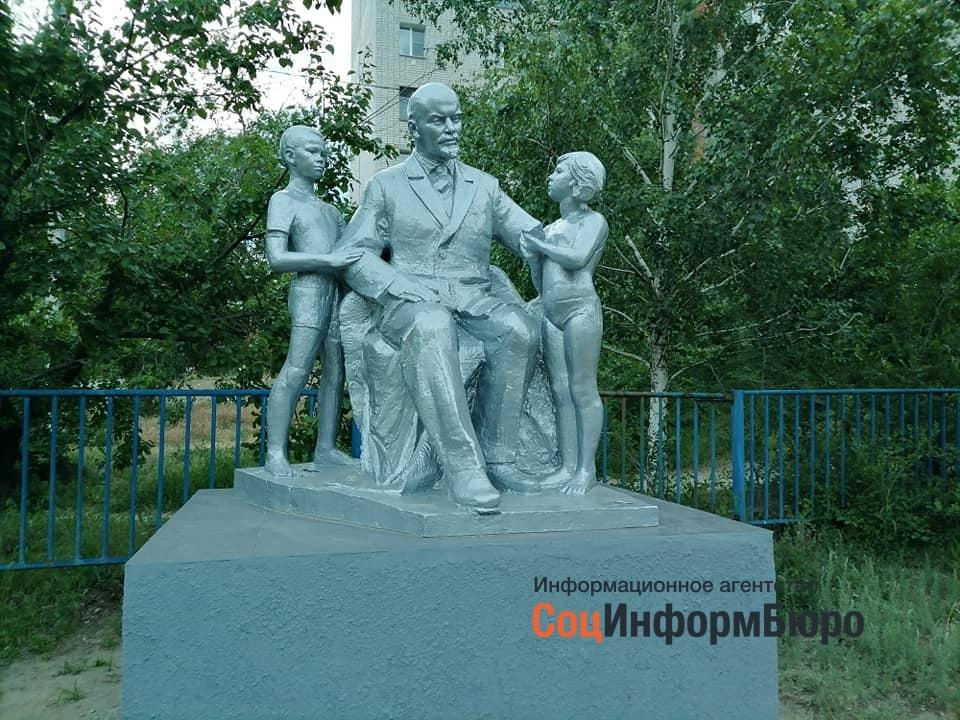 В Кировском районе установили памятник «Ленин с мальчиком и девочкой в трусиках»