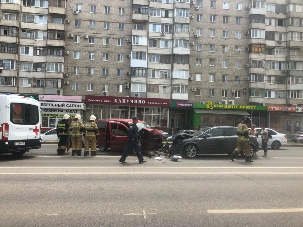 Из-за ухудшения самочувствия водителя в центре Волгограда случилось массовое ДТП