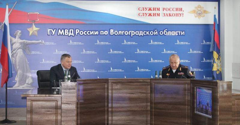 Двух волгоградских полицейских наградил начальник ФСБ