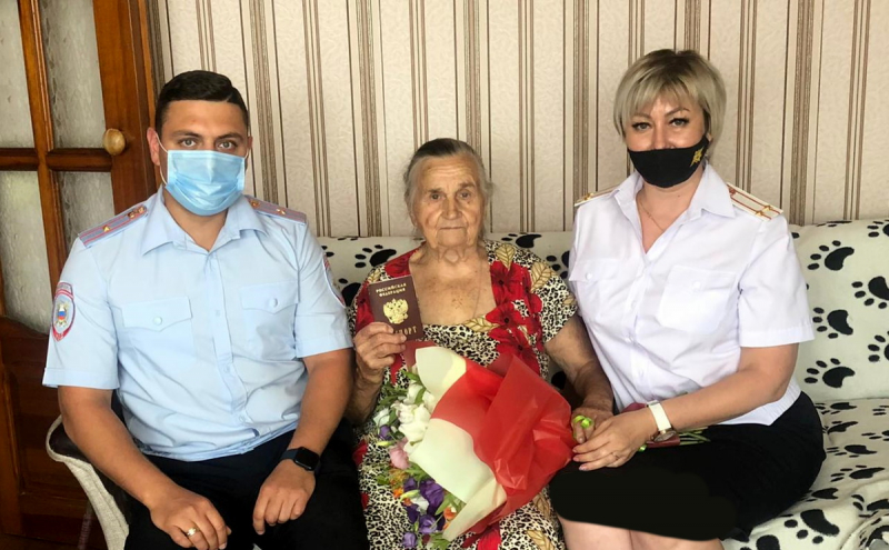 В Волгограде ветерану труда и труженику тыла паспорт гражданина РФ вместе с поздравлениями вручили на дому