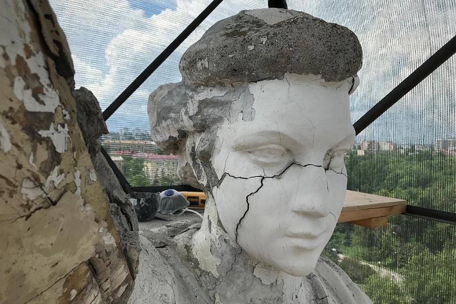 На крыше театра в Волгограде реставрируют разрушенные статуи трех муз
