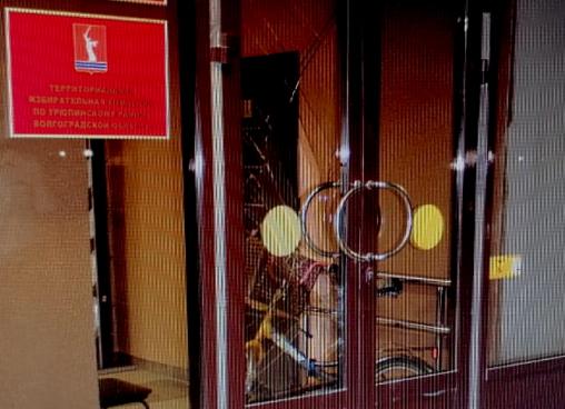 Житель Урюпинска ответит за разбитую дверь администрации