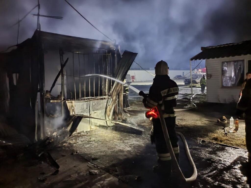 Торговый павильон сгорел в Дзержинском районе в Волгограде