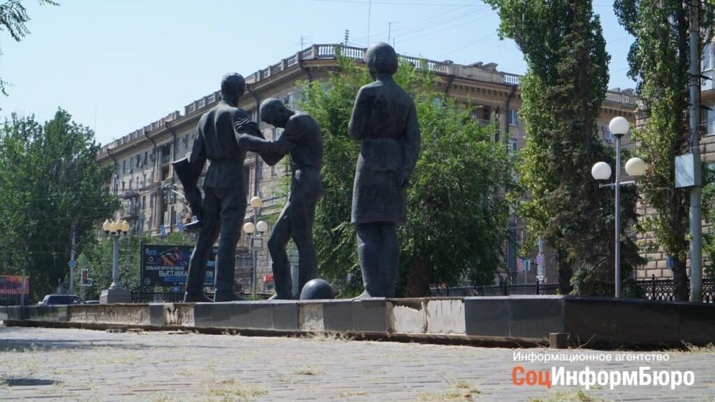 Разрушающийся памятник «Героям-комсомольцам» в центре Волгограда не отремонтируют в этом году