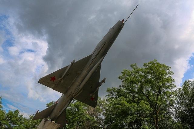 В Дзержинском районе начали реставрацию памятника «Самолет «МИГ-21»