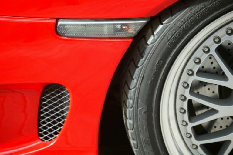 В Кировском районе обиженный волжанин порезал колеса на «Мазде»