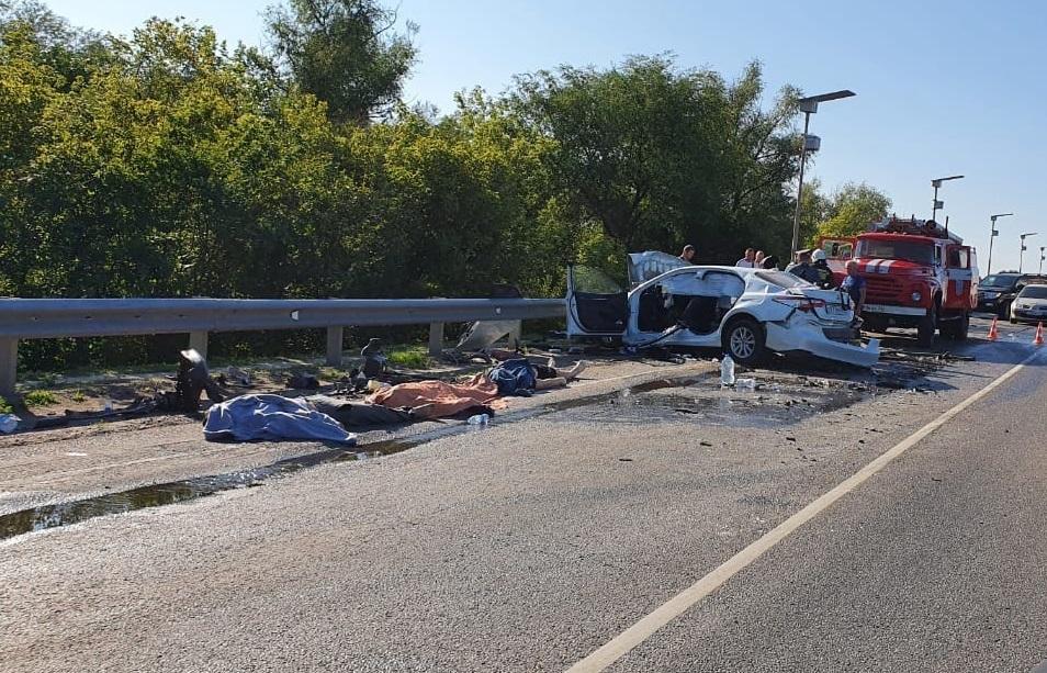 Три человека погибли в аварии с цементовозом на московской трассе под Волгоградом