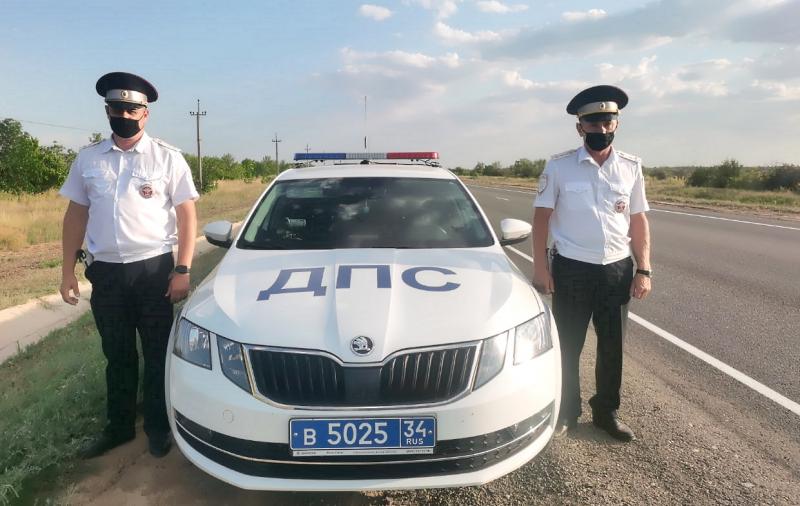 Семья туристов выразила благодарность оказавшим им помощь на дороге волгоградским полицейским