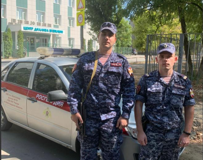 В Волгограде росгвардейцы вывели из горящего дома двоих детей