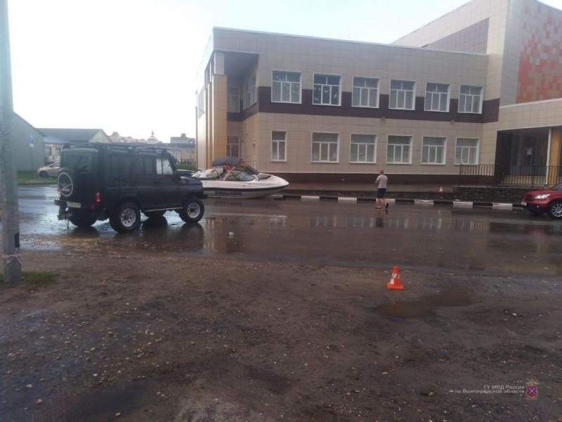 В Урюпинске лодка пьяного водителя на дороге столкнулась с иномаркой