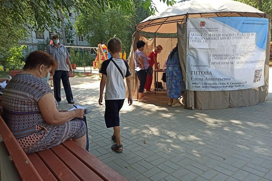 Жителей Волгограда прививают ассортиментом вакцин прямо во дворах