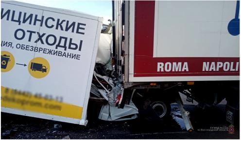 Дальнобойщик раздавил «ГАЗель» с водителем в Волгограде