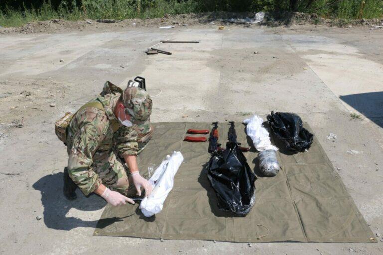 Сотрудники волгоградского УФСБ обнаружили  тайник ОПГ с автоматами и гранатометом