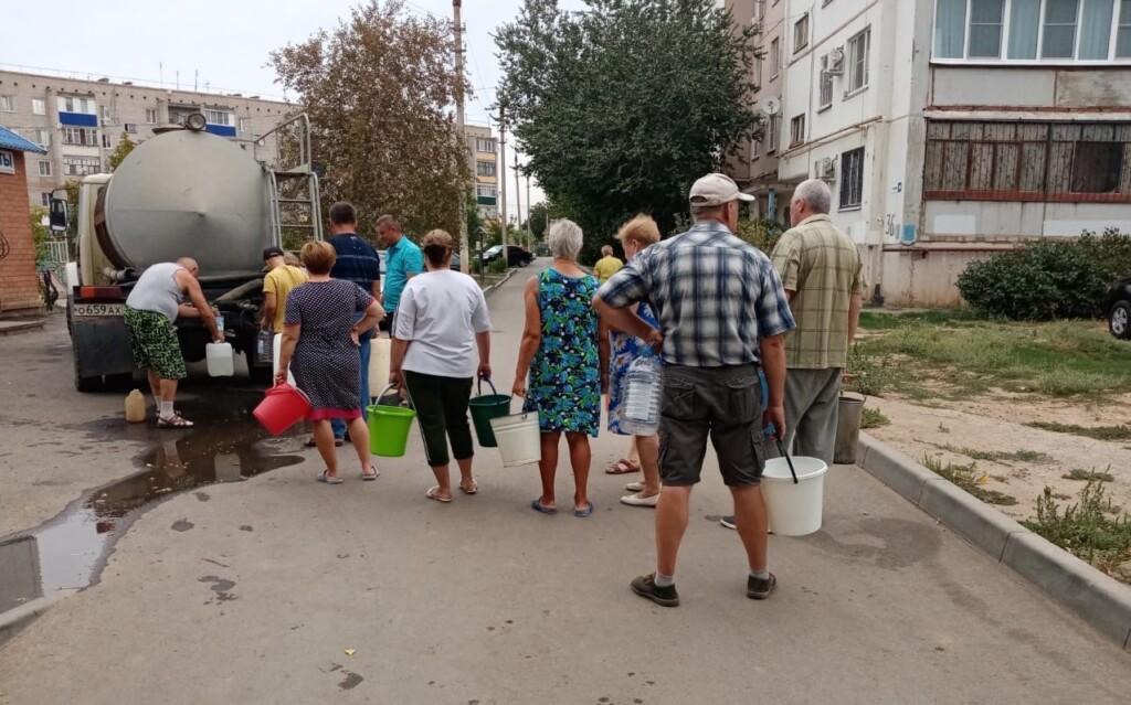 Жителям Светлого Яра советуют «набраться терпения», пока они третьи сутки стоят в очереди, чтобы набрать воды