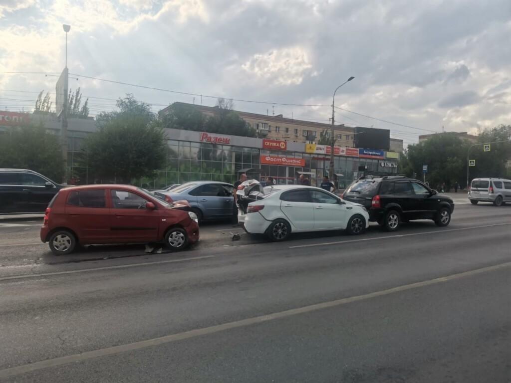 В Волгограде 54-летний водитель иномарки спровоцировал массовую аварию на проспекте Жукова