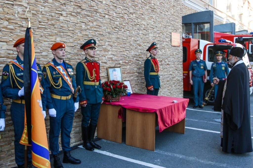 В Волгограде почтили память трагически погибшего главы МЧС Евгения Зиничева