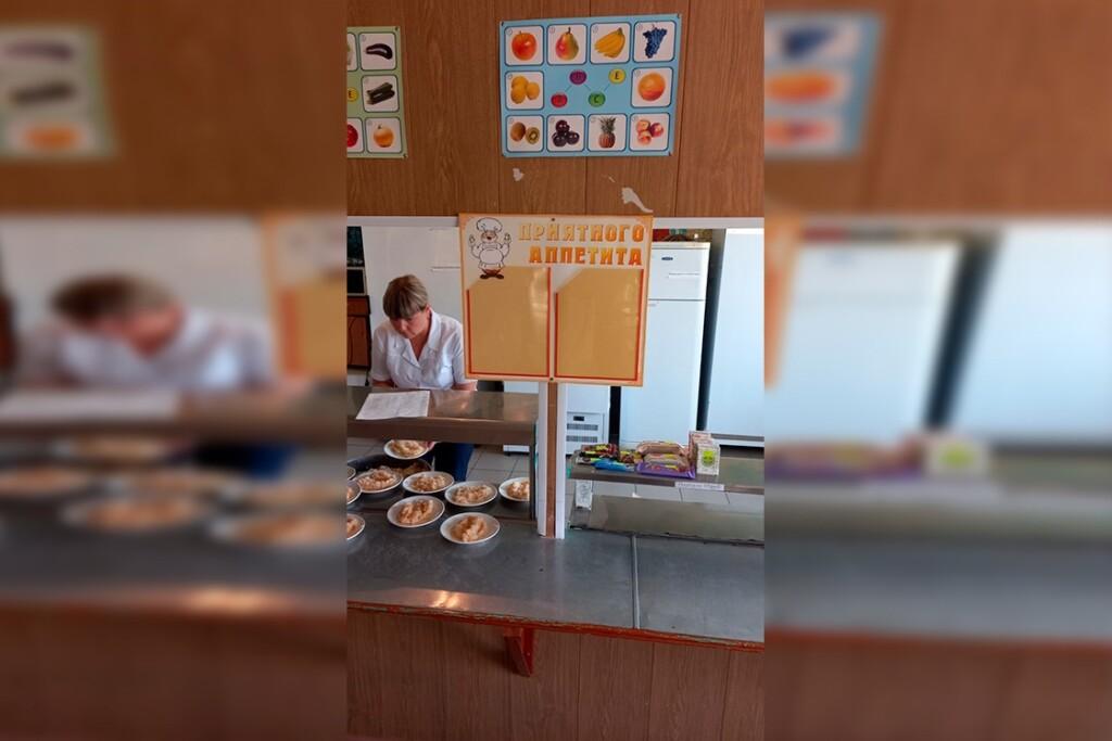 Родители воспитанников Кумылженской школы пожаловались в прокуратуру на дурно пахнущие продукты и беспредел в столовой