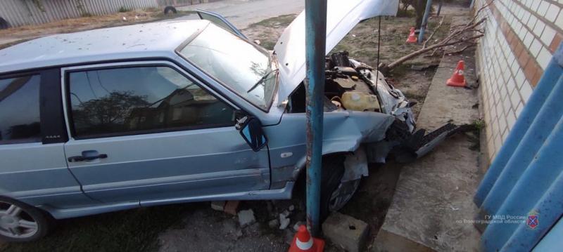 В Ленинске угнанный ВАЗ влетел в другую машину и фасад  жилого дома