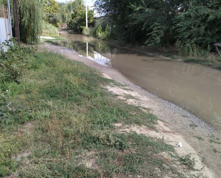В Волгограде улицу Тверскую третий день заливает водопроводной водой