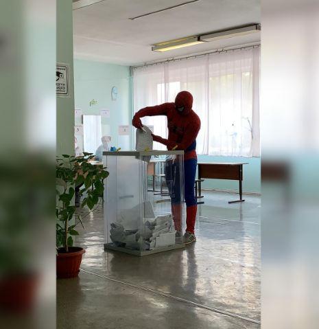 На избирательный участок на Спартановке пришел проголосовать человек-паук
