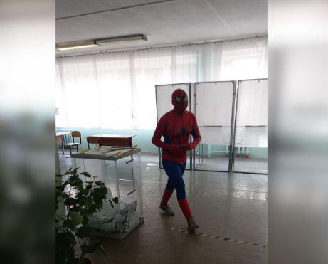 «Бабушки испугались»: волгоградский «Человек-паук» рассказал подробности появления на избирательном участке