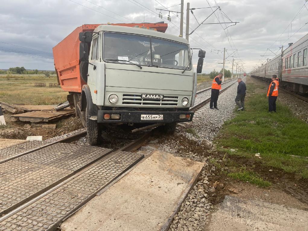 На перегоне в Волгоградской области столкнулись пассажирский поезд и КАМАЗ