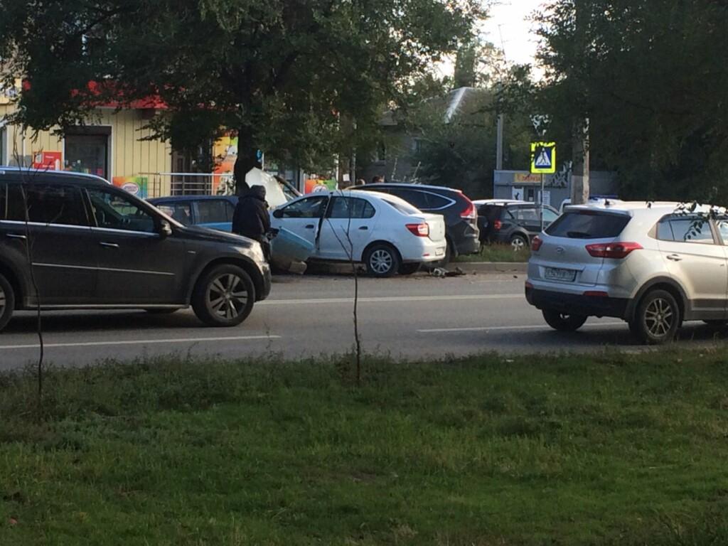 В Тракторозаводском районе Волгограда столкнулись три автомобиля и дерево