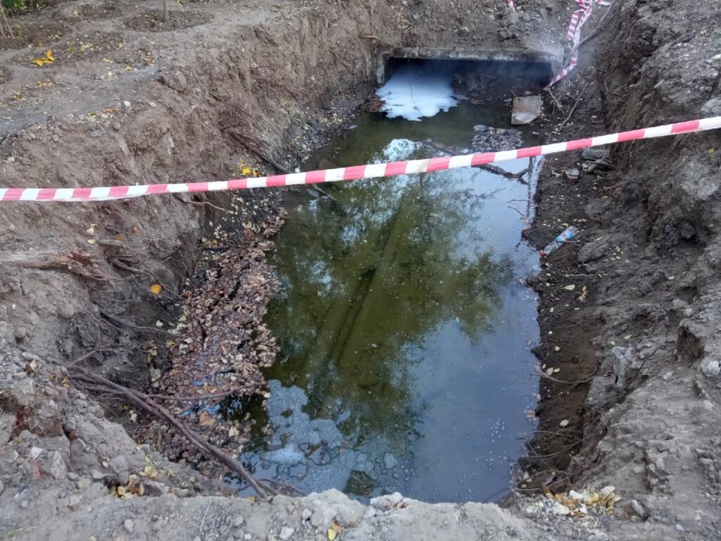 Полная кипятка яма оставлена «Концессиями теплоснабжения» в 10 метрах от детской площадки
