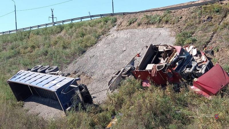 В Суровикинском районе в кювет перевернулся грузовик