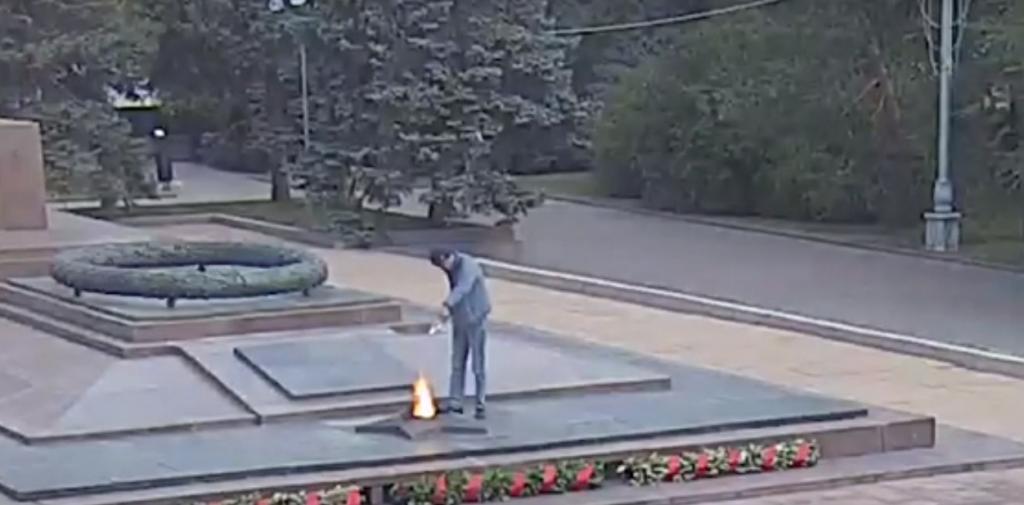 В Волгограде назначили административный арест лившему алкоголь в Вечный огонь гостю города