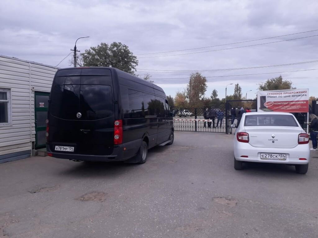 «Память» ввела новый тренд на похороны в Волгограде: попасть на кладбище можно только с полицией