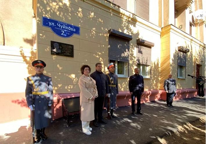На улице Чуйкова открыли мемориальную доску экс-губернатору Волгоградской области Ивану Шабунину